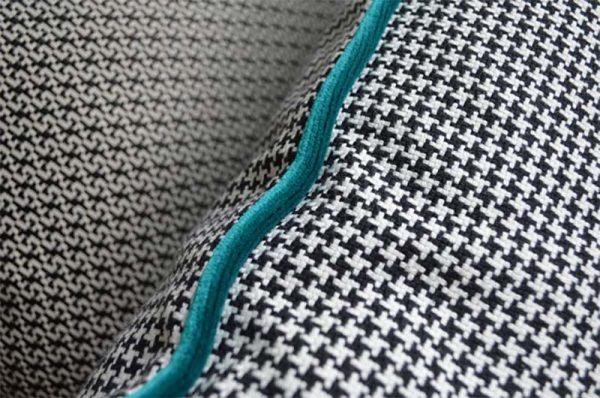 coussin-noir-blanc-motifs-pied-poule-bleu-deco