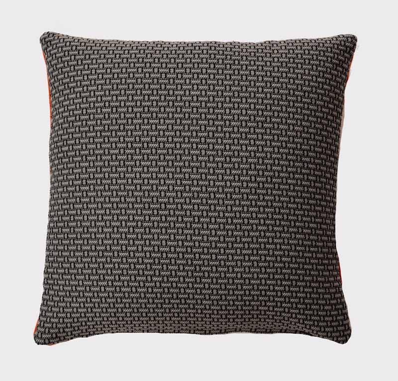 coussin-ambre-noir-blanc-motifs-relief-deco