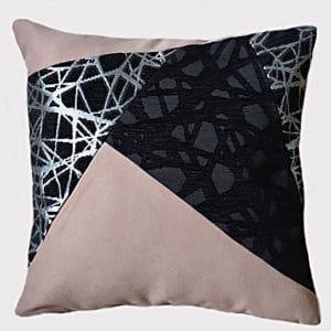 coussin-rose-motifs-noir-deco