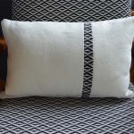 coussin decoration-rectangle-blanc-liseré noir-deco