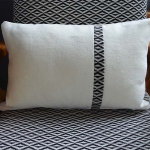 coussin decoration-rectangle-blanc-liseré noir-deco
