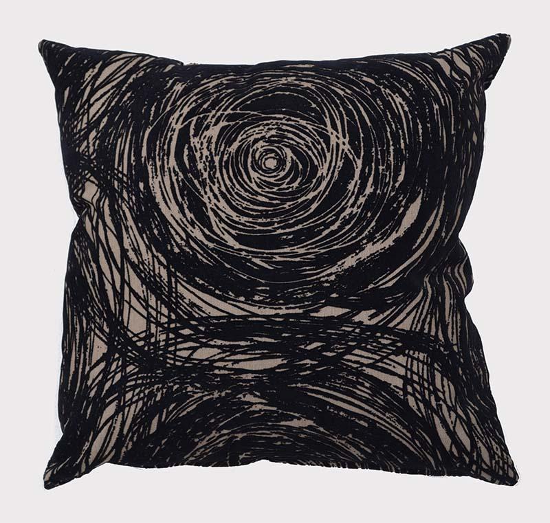 coussin deco-wood-noir-motifs-tourbillon-deco