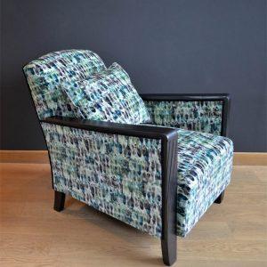 fauteuil-kelambu-tissu-imprime-motifs-blanc-vert-bleu-noir-siege